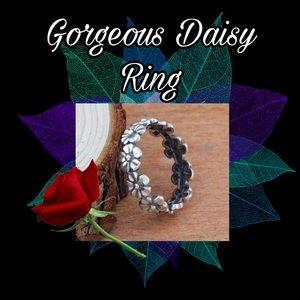 Jewelry - Pretty Silver Daisy Ring - size 10/11